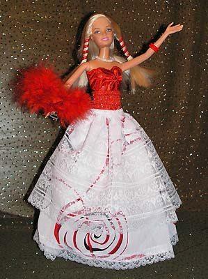Молодые девушки танцуют на празднике